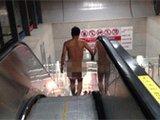 """成都地铁站现""""裸奔男""""淡定出行"""