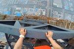 """腿软!作死外国情侣攀登天津640米""""第一高楼"""""""