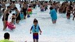 华北高温持续 大批民众水中避暑