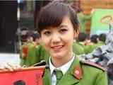 用中文写春联的漂亮越南女兵