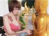 泰国女孩穿着暴露拜佛被责骂