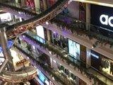 商场巨型滑梯可从顶层滑到底