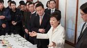 被停职23天后,朴槿惠首次见外界人士