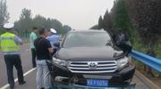 """河南疑现""""劫囚"""":有人开车撞击逼停押解车辆"""