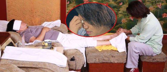 王宝强上节目喂母亲吃饭 道歉时动情落泪