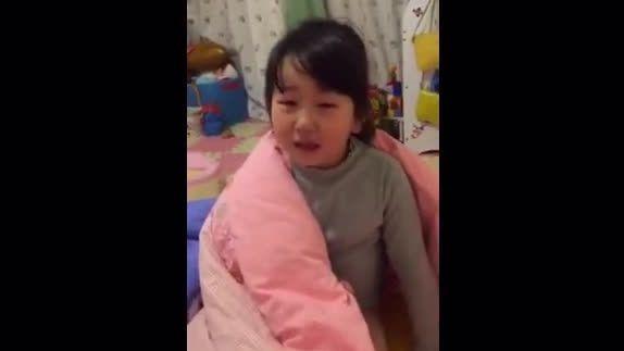 小女孩被打后和妈妈讲道理的完整视频,理由清晰让人哭笑不得