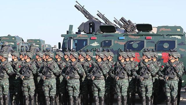 习近平乘车依次检阅地面作战群和列队方阵
