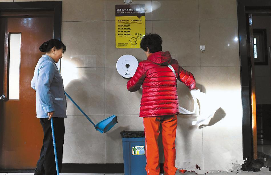 公厕免费手纸频被拿走 卫生纸之殇能否避免?
