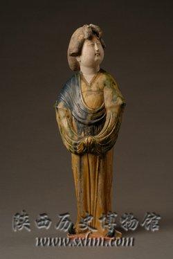 这不仅是女俑的特点,也是唐三彩人俑和 动物俑的一大特点.