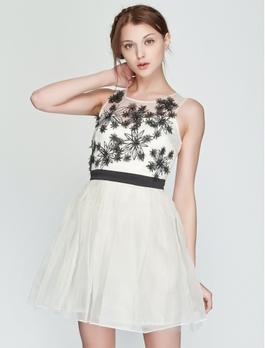 朵装饰白色礼服裙
