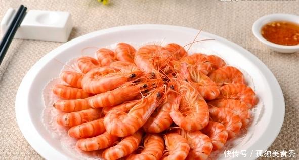 煮虾时,别只会加盐和生姜!少了此2味,难怪虾肉越煮越腥