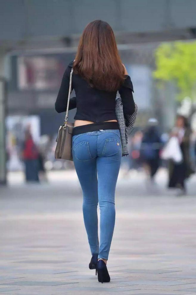 街拍:情趣演绎春风裤的模特与牛仔裤PK,谁更胜瑜伽魅力美女网易图片