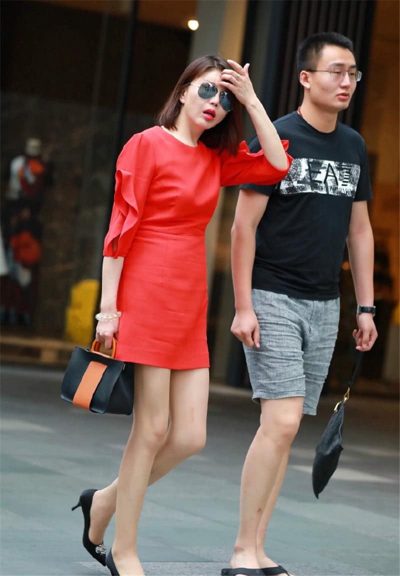 路人街拍:跟男友出门的红唇小姐姐,一袭鲜亮连衣裙时尚大气!