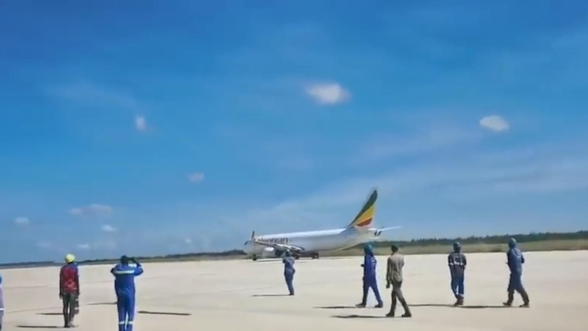 一架飞机突然降落在在建机场 工人们懵了:机场瞒着我们竣工了?