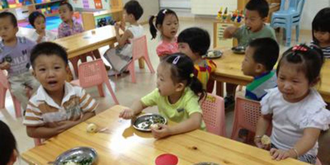 北京部分幼儿园用餐不再提供勺子 孩子畏惧