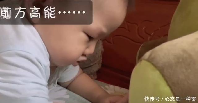 宝宝前一秒还和妈妈玩,后一秒就睡着了,秒睡速度让妈妈猝不及防
