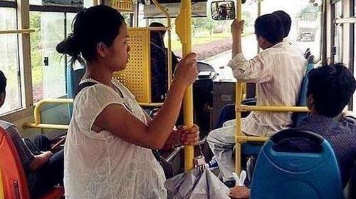 怀孕6个月坐公交,却被老人要求让座,她说一话让老人傻眼了