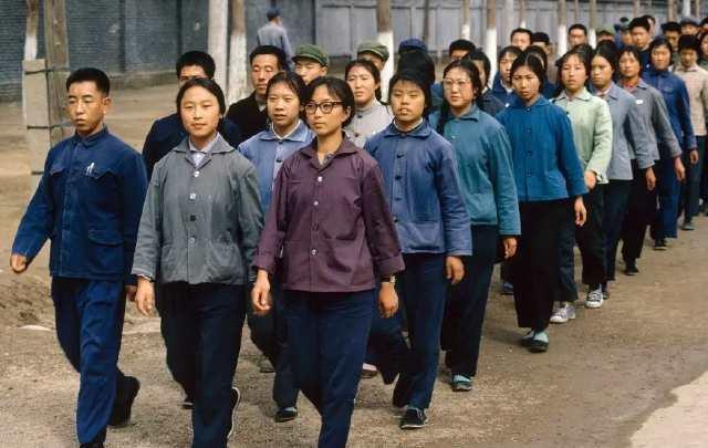 70年代,工厂里排队行走的工人