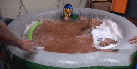 小哥泡澡用50颗沐浴球,自称洗得舒服网友却翻白眼