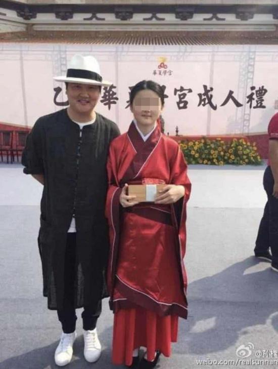 孙楠微博上晒自己陪女儿在华夏学宫的照片
