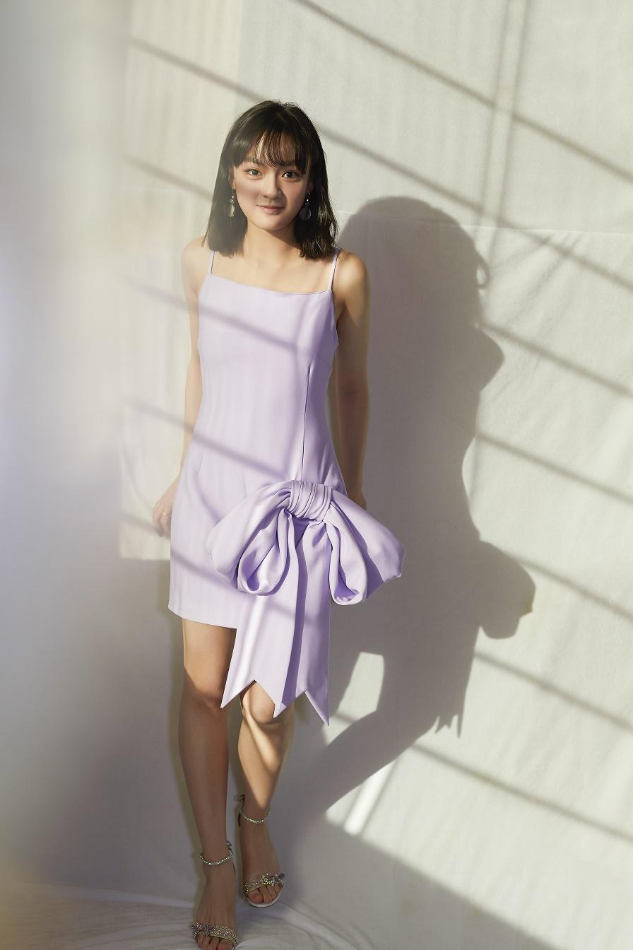 有棱角也柔和!年度潜力演员文淇紫色吊带裙出镜鬼马灵动