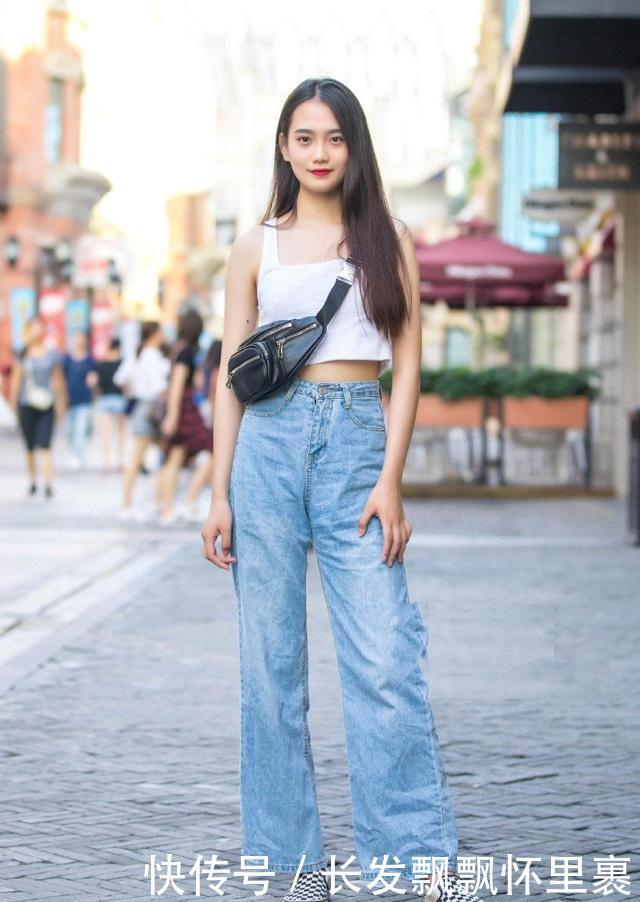街拍:街头的时尚美女,简单随意的穿搭,也能潮流有个性