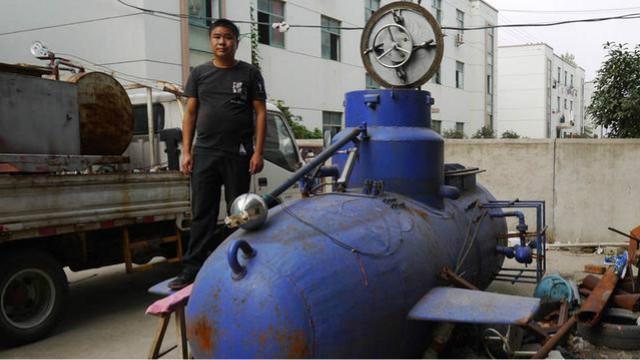 下岗职工花五六百万造无人遥控潜艇