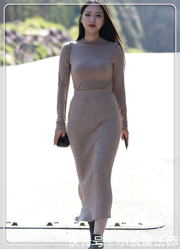 街拍:辣妈身穿紧身连衣裙,散发优雅气质,路上一道独特的风景线