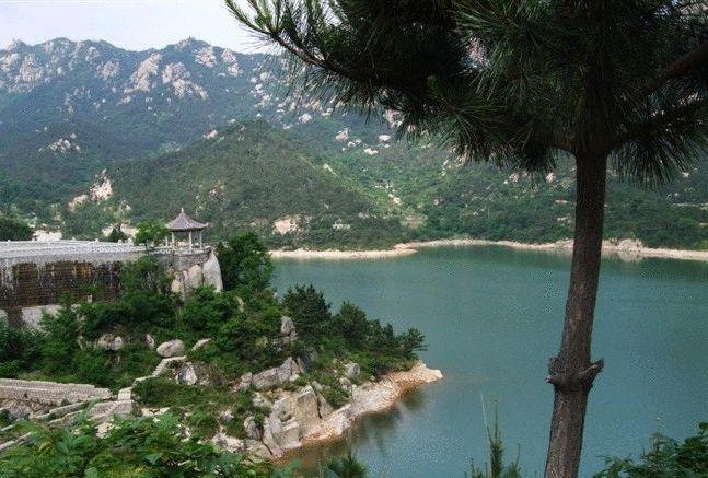 青岛崂山二龙山生态旅游区属aaa级景区,位于崂山仰口风景区北侧,规划