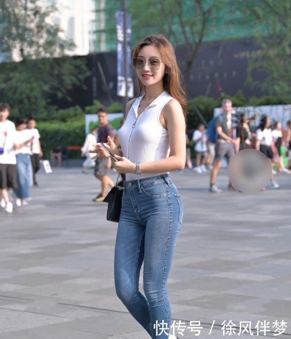 街拍:时髦又百搭的牛仔裤,展现纤细美腿,妥妥的女神气质!