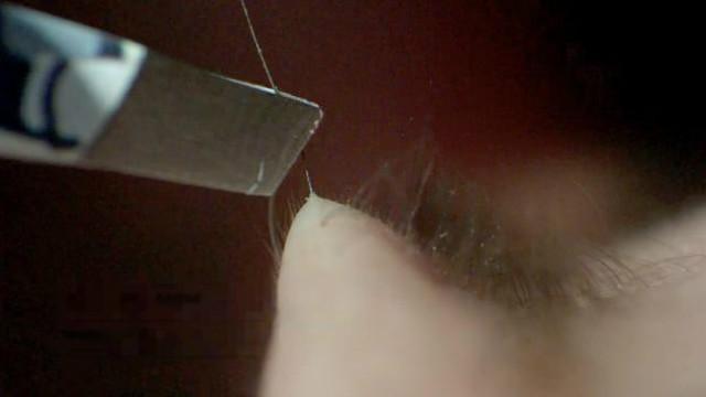 拔下眉毛的一瞬间:高清慢动作,平时看不到