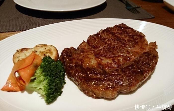 外国人:为什么吃西餐一块牛排就饱,在中国吃火锅一锅都不够?