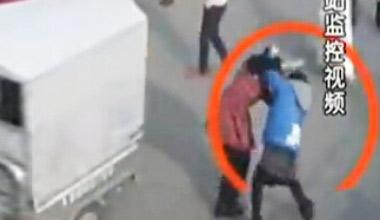 两女乘客公交上踩脚 下车脱衣互殴10分钟