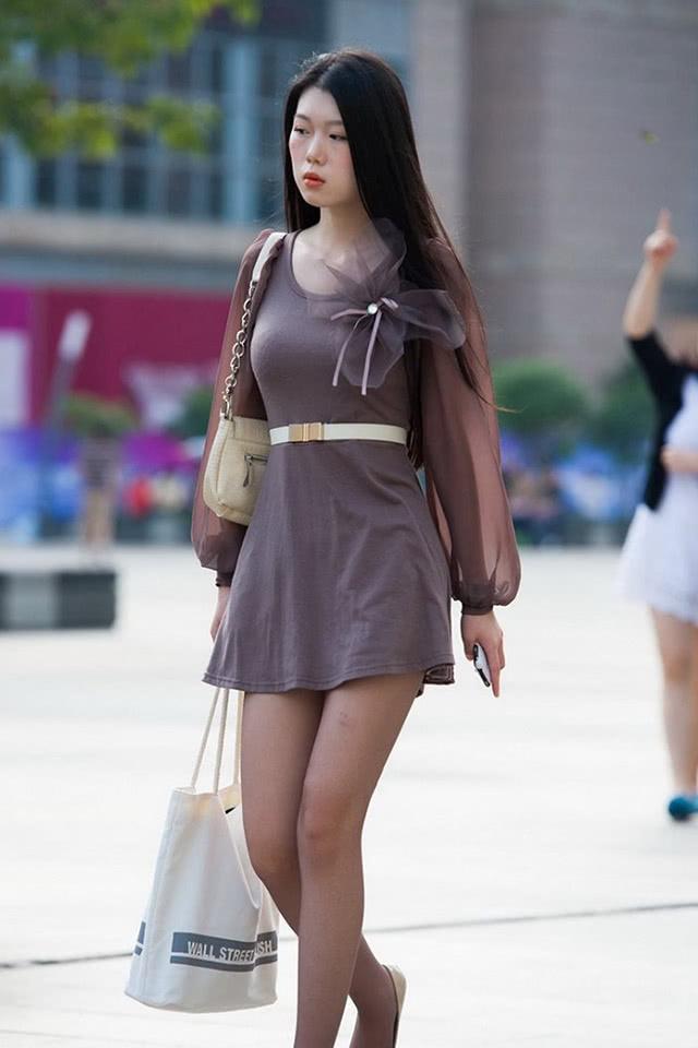 """""""忧郁""""小姐姐火了,简洁穿搭演绎休闲时尚,网友:咋不高兴呢?"""
