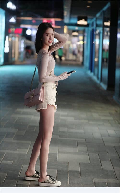 "<b>路人街拍:身穿""紧身""上衣的小姐姐,短发飘逸气质十足!</b>"