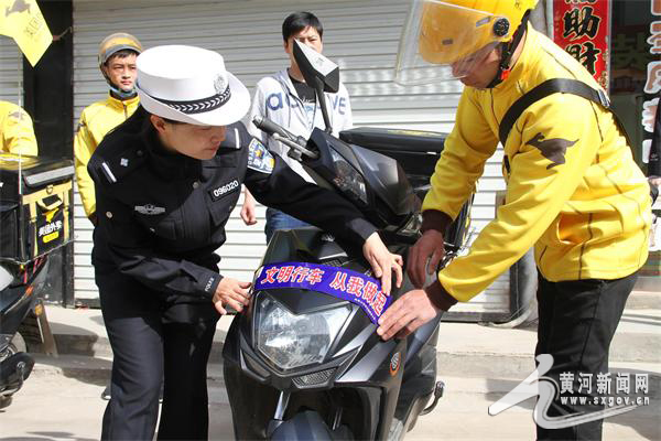绛县:美团外卖配送员接受交通安全培训