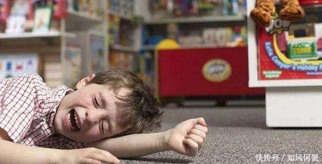 孩子躺在地上撒泼打滚,宝妈温柔而坚定地做了这些事,值得学习