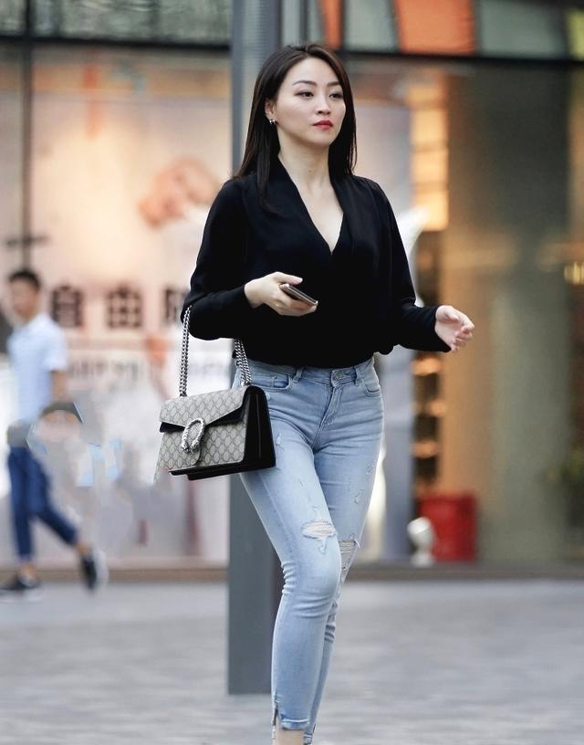 街拍:微胖辣妈V领衫配牛仔裤,低调大气上档次情趣裤秀字t图片