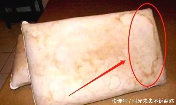 枕头用久了又脏又黄难清洗?只需在热水中加点