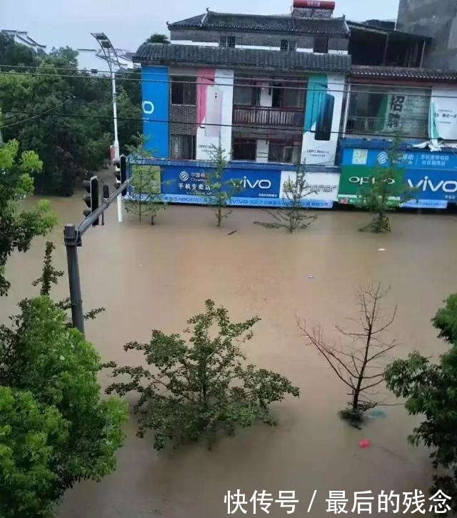 惊险!一辆自驾车在阳朔被洪水冲走,车上有老人和小孩!