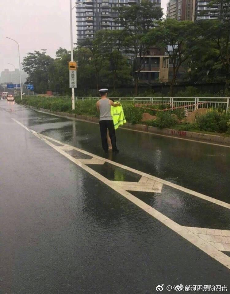 【转】北京时间      女子赤裸走高速想跳桥 辅警追着一路劝阻 - 妙康居士 - 妙康居士~晴樵雪读的博客