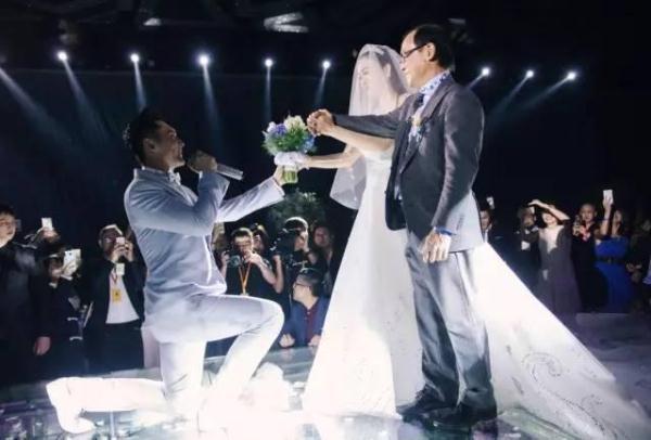 """安吉 考拉 11月8日钟丽缇张伦硕婚礼在北京举行,沙溢带安吉参加,并晒出安吉和考拉合影,并写道:""""参加张伦硕叔叔的婚礼,其实最大的心愿是来见考拉!""""安吉与考拉因为参加《爸爸去哪儿》成为朋友。照片曝光后,网友纷纷前来围观并表示画面养眼,留言称:""""天啊!!忽然很想萌上考拉安吉这对CP啊!""""安吉最大的心愿是来见考拉。  新浪娱乐讯 日前,钟丽缇身着银白色蕾丝礼服出席上海某活动,低胸礼服勾勒出她迷人的胸部线条,傲人上围引人注目。  新浪娱乐讯 日前,钟丽缇身着银白"""