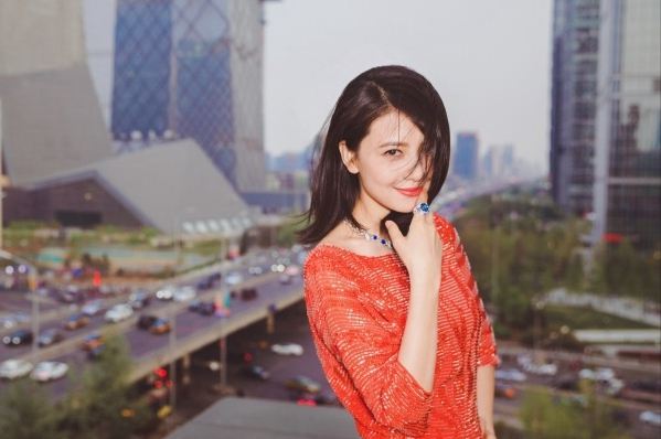 高圆圆曝最新写真 穿性感红裙露美背