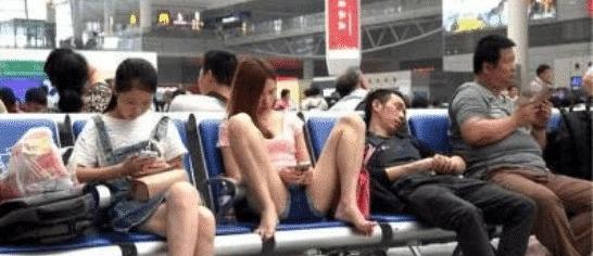 """【极速3d】女子坐姿""""太豪放"""",大叔忍不住偷瞄,最后女子的举动让大叔不谈定了!"""