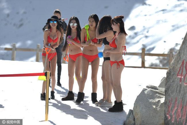 女网红穿比基尼雪山直播 边吸氧气边堆雪人