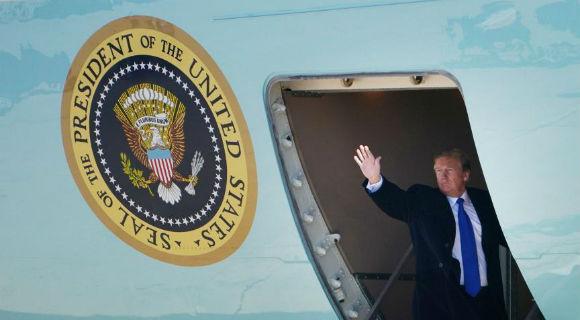 """特朗普搭乘""""空军一号""""专机启程前往越南"""
