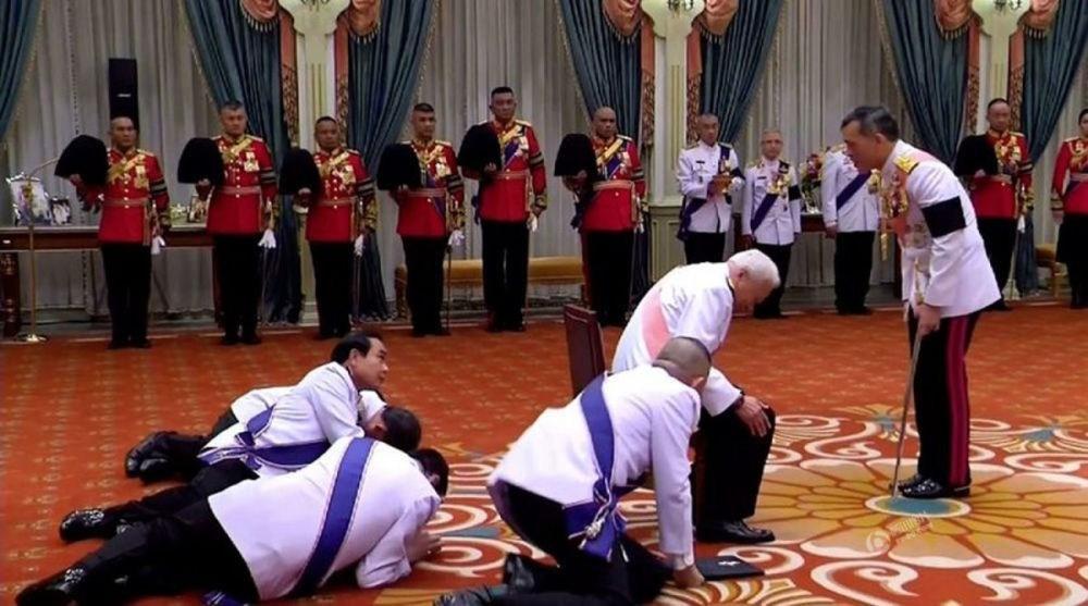 """泰军将领拜见泰国新国王 姿势略显""""销魂"""" - 周公乐 - xinhua8848 的博客"""