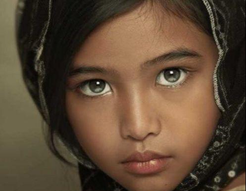 看似普通的一个小女孩,但她却拥有三只眼睛,科学家都没办法解释