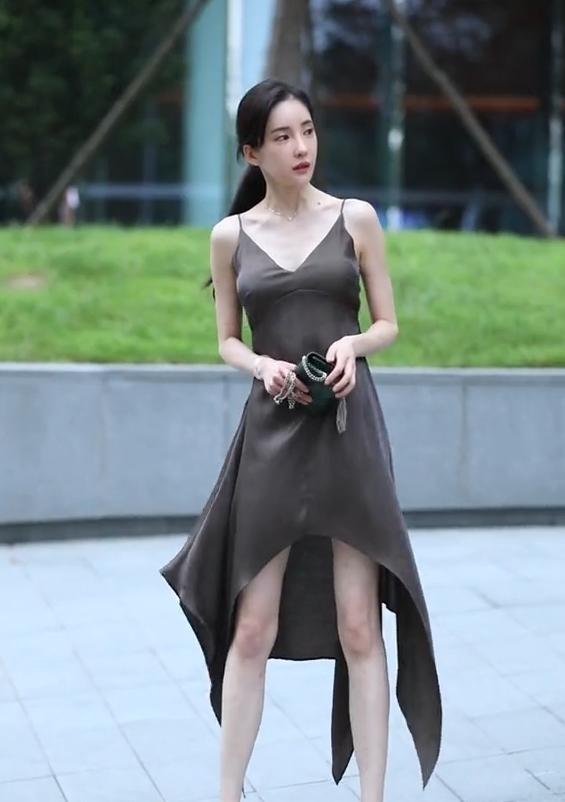 穿裙子还敢坐这么高,你不怕刮风吗