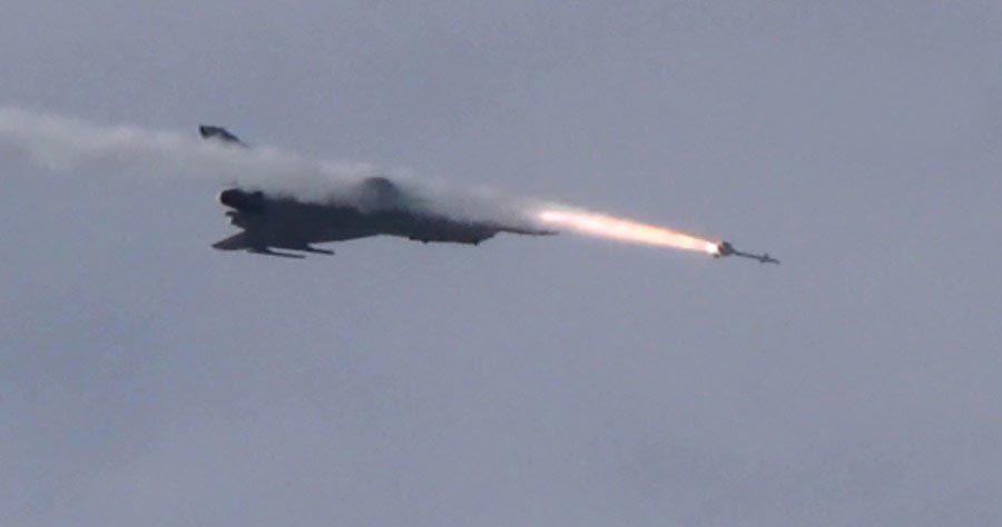 歼10进防识区发射数十枚导弹练空战